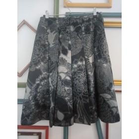 Jupe à plis fleurie grise et noire T 38 Camaïeu